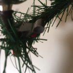 Antieke deftige kerstman van dun geblazen glas in donkerrode jas op klem 1e helft 1900