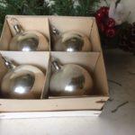 Doos met 4 ronde kerstballen van dun geblazen glas in zilver 1e kwart 1900