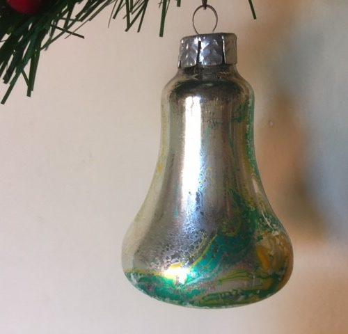 Antieke oude psychedelische kerstbal in zilver, groen en geel uit de sixty's
