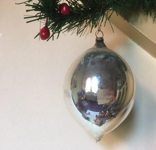 Antieke oude, flinke druppel kerstbal van dun geblazen glas in zilver 1e kwart 1900