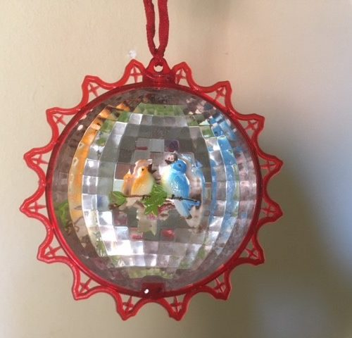 Oude retro kerstbal van plastic met 2 vogeltjes in de holling midden 1900