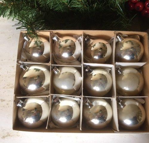 Doos met 12 antieke oude zilveren kerstballen van dun geblazen glas 1e kwart 1900