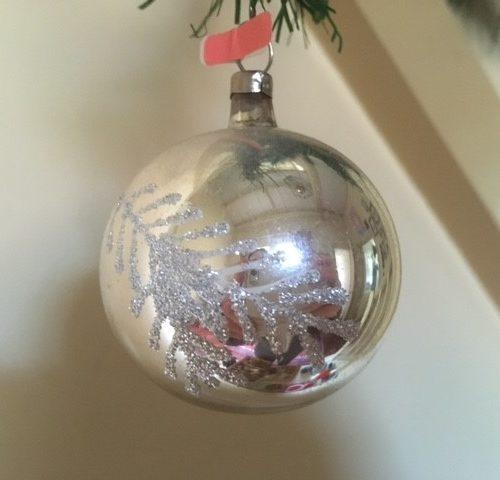 Oude antieke kerstbal van dun geblazen glas met tak in zilver midden 1900(roz)