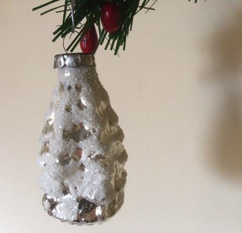 Oude antieke kerstbal een dennenboom van dun geblazen glas in zilver midden 1900