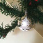 Oude kerstbal van dun geblazen glas met kerstboom en sneeuw midden 1900
