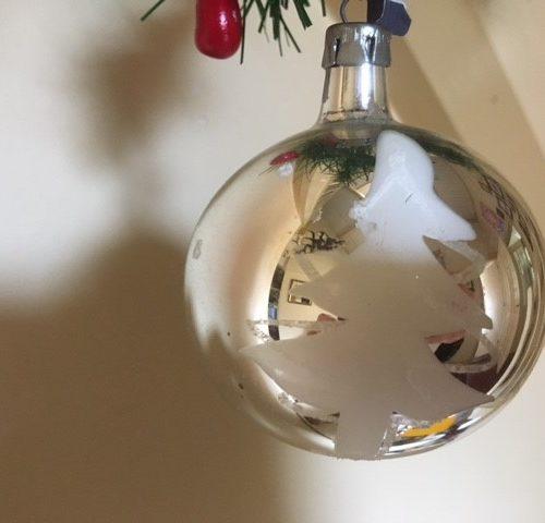 Oude kerstbal van dun geblazen glas in zilver met sneeuw en kerstboom midden 1900 (zw)