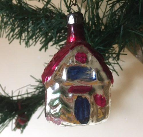 Oud antiek Kerst huis van dun geblazen glas in zilver, blauw en rood