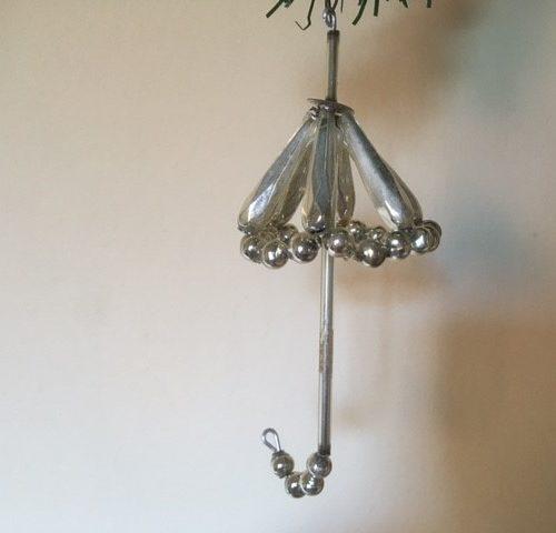 Oude antieke kerstbal een paraplu van dun geblazen glas uit Gablonz 2e kwart 1900