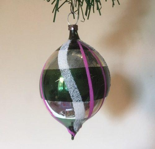 Oude, retro kerstbal een druppel van dun geblazen glas in zilver, groen , roze en wit 1930-1940