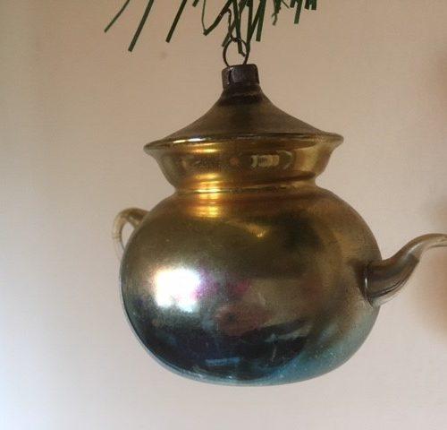 Antieke, bijzondere kerstbal een grote theepot van dun geblazen glas in blauw en geel rond 1900