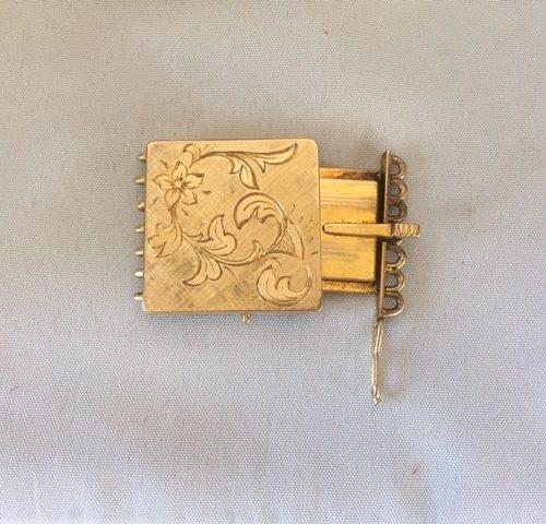 Groot 7-rijig 14 kt. geelgouden handgemaakt bakslot met florale handgravure