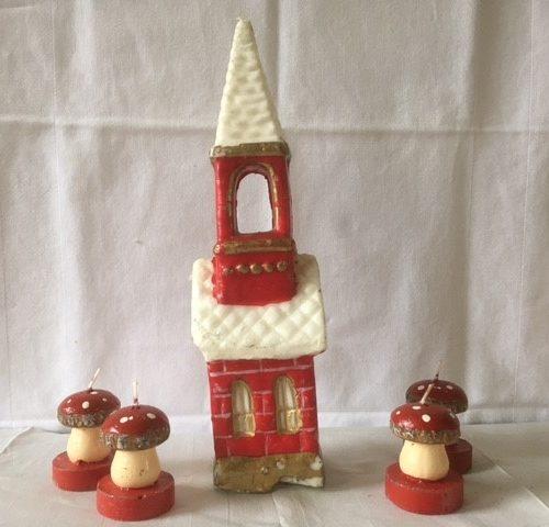 Een grote retro Kerstkaars van Gurley een rode kerk jaren 1950-1960