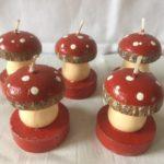 Antieke handbeschilderde kleine kaars paddenstoel op rode voet uit begin 1900