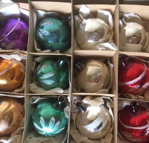 Doos met 12 antieke kleine ballen van dun geblazen glas in kleuren 1e kwart 1900
