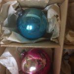 Doosje met 6 antieke mini kerstballen van dun geblazen glas rond 1900