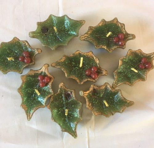 8 oude, antieke Kerst kaarsjes in de vorm van groene hulstblaadjes met goud en rode besjes