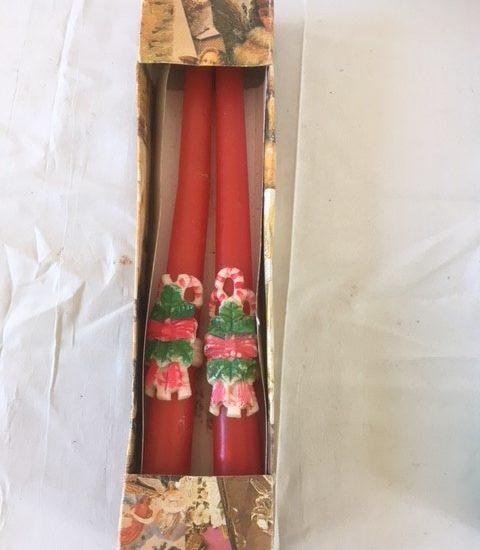 Oude antieke doos met 2 rode kaarsen met kerstdecoratie jaren 1950
